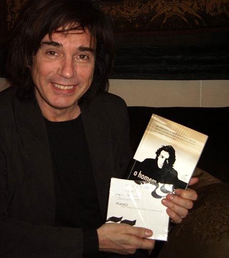 Jean Michel Jarre recebendo em Paris, por intermédio da UNESCO, o livro O Homem Que Faz a Luz Dançar de Renato Mundt juntamente com o CD Piano Tom Jobim de Fábio Caramuru